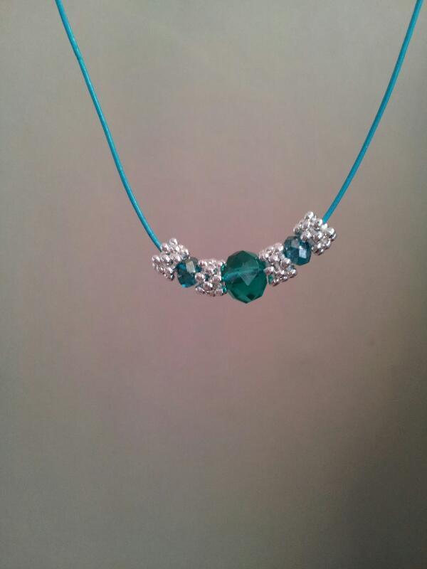 Turkos läder halsband med kristallpärlor